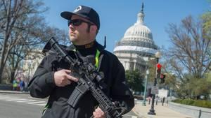 Ein Polizist sichert eine Straße vor dem Kapitol ab (Archivbild)