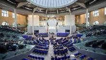 Abgeordnete stimmen im Deutschen Bundestag über ein Gesetz ab