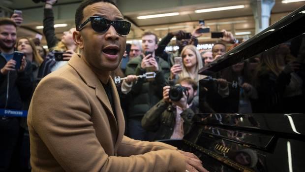 Am Welt-Klavier-Tag überraschte John Legend Londoner Passanten mit einem Straßenkonzert