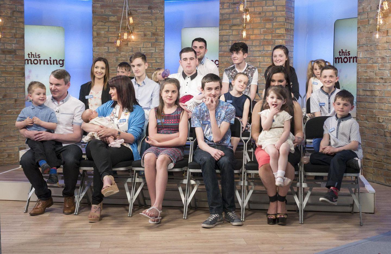 """Die wohl größte Familie der Welt: die Radfords. 22 Leute zu Gast in der britischen Fersehsendung """"This Morning""""."""