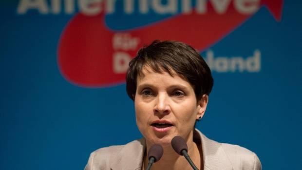Frauke Petry spricht in ein Mikrofon
