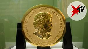 """Die Eine-Million-Dollar-Goldmünze """"Big Maple Leaf"""" steht in einer Vitrine im Bode-Museum in Berlin"""