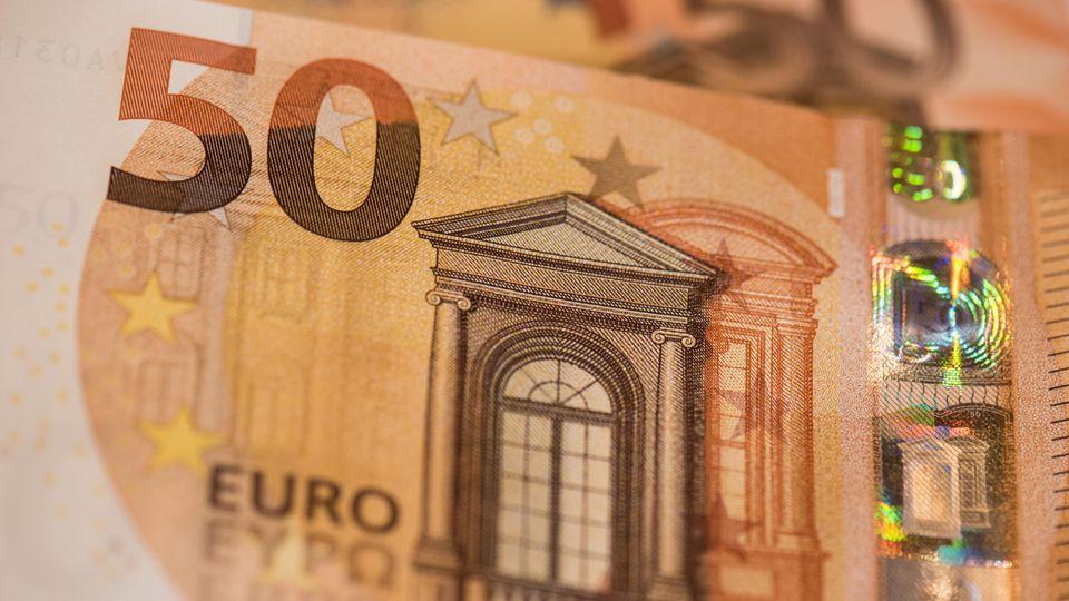 Vom neuen 50er werden ab 4. April 5,4 Milliarden Stück über Geldautomaten, Bankschalter und Ladenkassen unters Volk gebracht