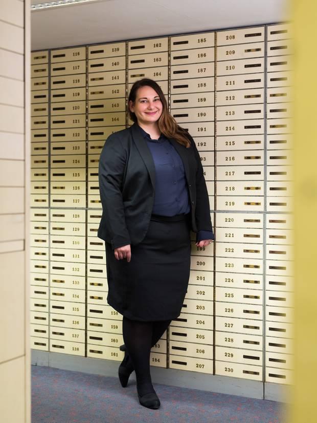 Autorin Nora Reinhardt in der Sparkasse