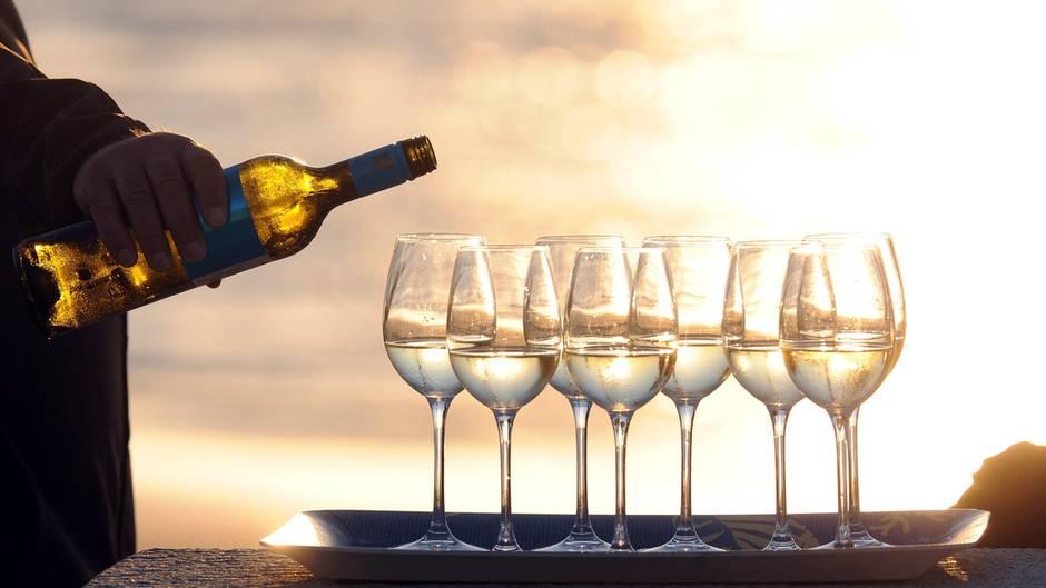 Bild von gefüllten Weißwein-Gläsern