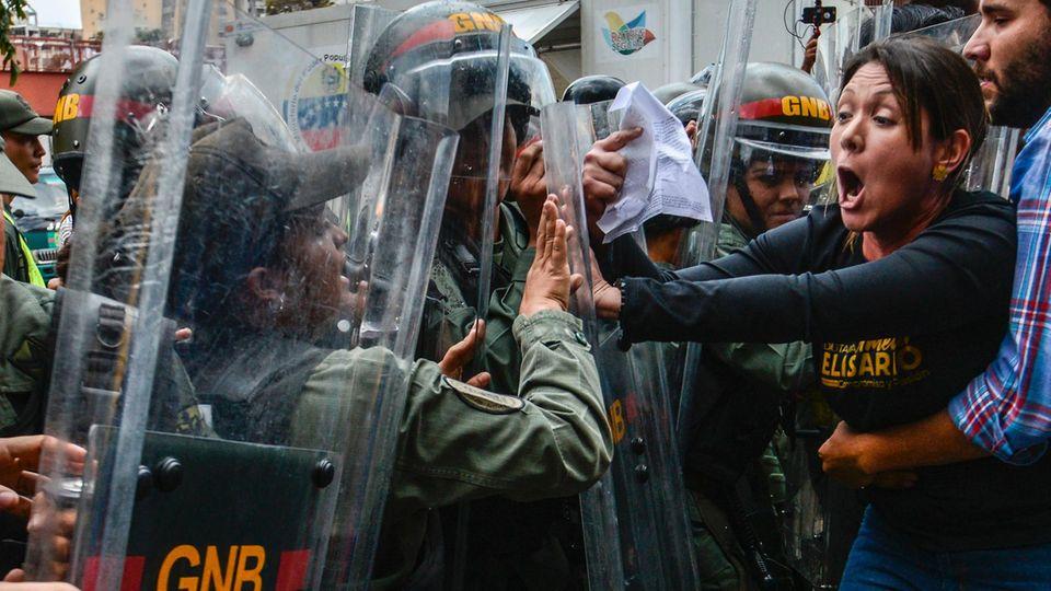 Vor dem Obersten Gericht in Venezuela kam es zu heftigen Protesten
