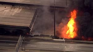 Flammen schlagen unter einer Highway-Brücke in Atlanta hervor. Ein Segment der Brücke ist bereits herabgestürzt.