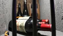 """Die Weine des französischen Château Pétrus in Bordeaux zählt zu den teuersten und renommiertesten Weingütern der Welt. An einen Wein dieses Weinguts überhaupt heranzukommen ist sehr schwierig. """"Seit Jahrzehnten muss man sich dafür im Voraus anmelden. Dann muss man bis zu drei Jahren warten, bis die Flasche zu einem kommt"""", weiß der Geschäftsführer der Winebank Frankfurt Carlos Schönig. """"Wer nicht seit mindestens 30 Jahren dort einkauft, wird vermutlich nie die Chance haben, in den Besitz einer dieser Flaschen zu kommen.""""      Die drei Flaschen Pétrus in diesem Weinfach eines Sammlers haben einen aufsummierten Wert von etwa 22.000 Euro. Die Flasche im Vordergrund aus dem Jahr 2007 zählt zu den """"Basic-Weinen"""" vom Château Pétrus, die liegt bei schlappen 4000 Euro. Für den Jahrgang 1937 muss man locker mit 10.000 Euro rechnen."""
