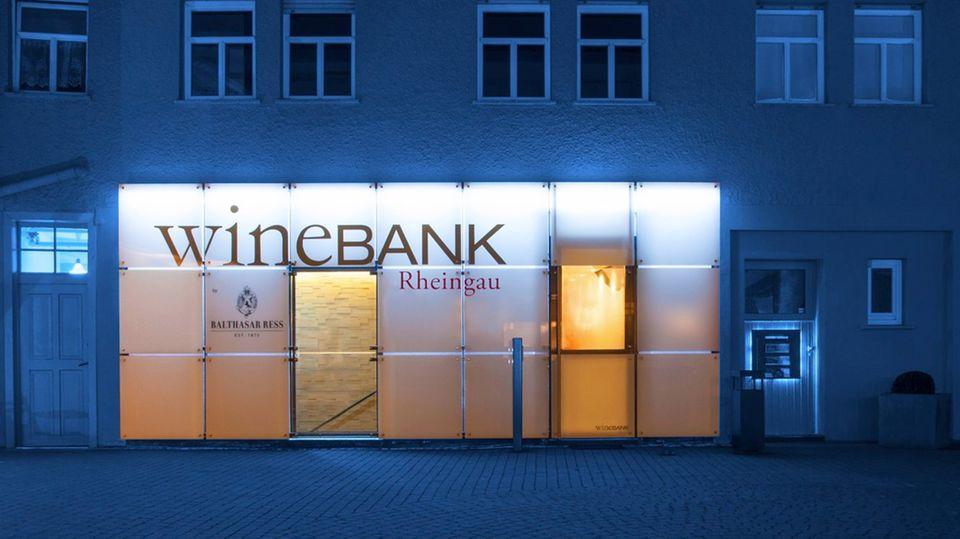2009 wurde die Mutter aller wineBanks im Rheingau vom Unternehmer und Winzer Christian Ress, Geschäftsführer des VDP-Weinguts Balthasar Ress, als sogenannter Business-Club und Treffpunkt für Weinliebhaber gegründet. Die wineBank soll nicht nur ein Lager für teure Weine sein, sondern auch ein Ort für repräsentative Zwecke.    Mitglieder können zu jeder Tages- und Nachtzeit die wineBank zur Weinverkostung nutzen. Mit ihrer Mitgliedskarte können sie auch die anderen wineBanks in Deutschland und im Ausland besuchen. Momentan gibt es sieben wineBanks als Franchisesystem. Die Grundidee der wineBank wird also auf andere Standorte übertragen. Die jeweiligen Geschäftsführer suchen die Location selbst aus und finanzieren diese auch selbst.