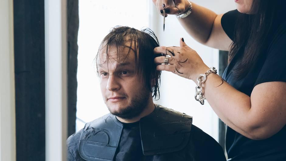 Skeptischer Blick: Jurek gehrt mit seiner Mutter zum Friseur