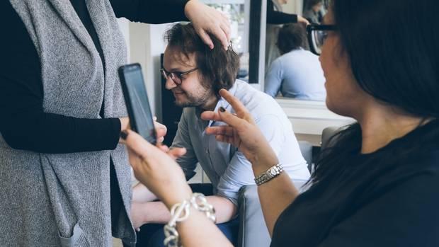 Die Mutter hat genaue Vorstellungen: Eine Frisur à la Max Giesinger soll es bitte werden