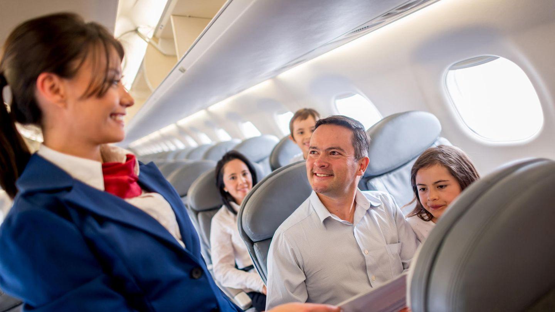 Eine Stewardess lächelt im Flugzeug
