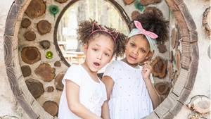 Dannah (5, links) und ihre große Schwester Dani (6) wissen genau, wie man mit Herzschmerz umgeht.