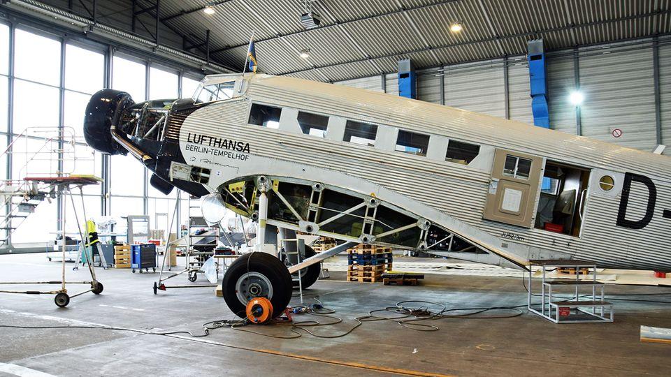 Bild 1 von 17der Fotostrecke zum Klicken  Die Junkers Ju52 im Hangar: Der fliegende Oldtimer steht zur Generalüberholung mit demontierten Flügeln und ohne Frontpropeller bei der Lufthansa Technik in Hamburg.