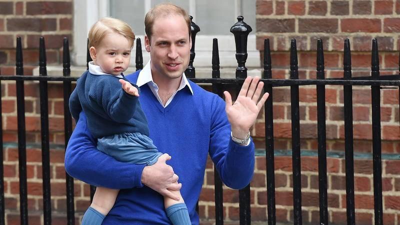 Prinz George in Pulli und kurzen Hosen auf dem Arm seines Vaters Prinz William