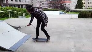 Mit einem Blindenstock in einer Hand skatet der Spanier Marcelo Lusardi auf eine Rampe zu
