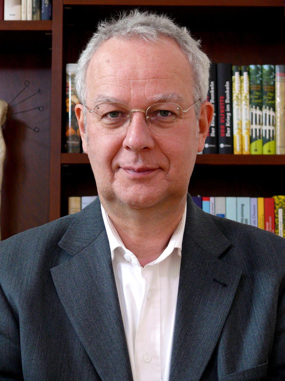 Jürgen Hesse ist Diplom-Psychologe und einer der renommiertesten Karrierecoaches Deutschlands. Gemeinsam mit seinem Kollegen Hans Christian Schrader hat er 250 Bücher zu den Themen Bewerbung und Karriere veröffentlicht und davon mehr als sieben Millionen Exemplare verkauft.