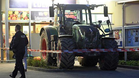 nachrichten Deutschland: Ein Traktor steht vor einem Supermarkt in Köln