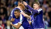 Spieler von Erzgebirge Aue feiern in der zweiten Liga gegen den FC St. Pauli