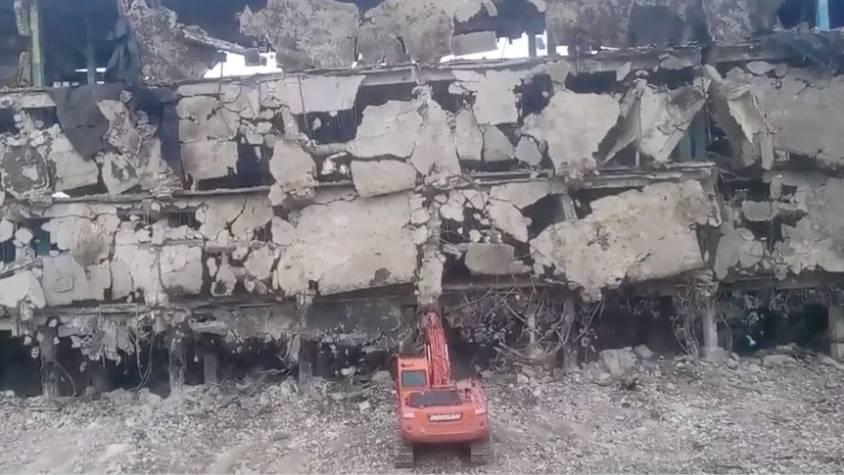 Bagger vs. marodes Gebäude: Kann dieser Abriss gut gehen?