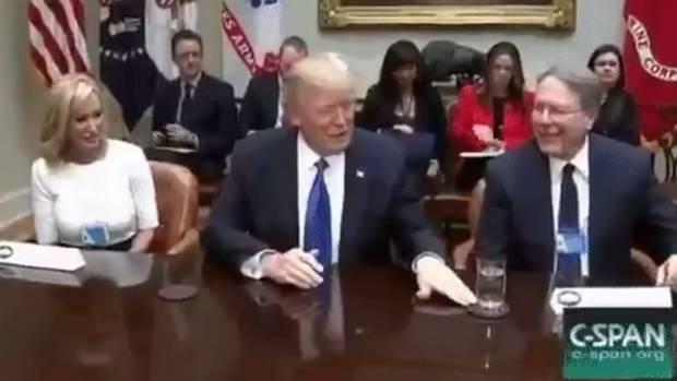 Donald Trump schiebt Dinge weg - das Netz findet's lustig