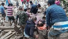 Kolumbien: Nach einem Erdrutsch bergen Helfer eine Frau