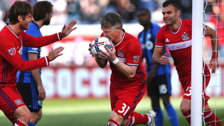 So knutscht sich also der Ball in der MLS: Bastian Schweinsteiger traf gleich im ersten Spiel.