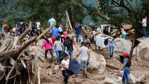 Mocoa in Kolumbien: Überlebenden suchen in den Schlammmassen und Trümmern nach ihre Habseligkeiten