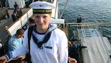 Die Marine-Kadettin Jenny Böken steht an Bord des Segelschulschiffes Gorch Fock.
