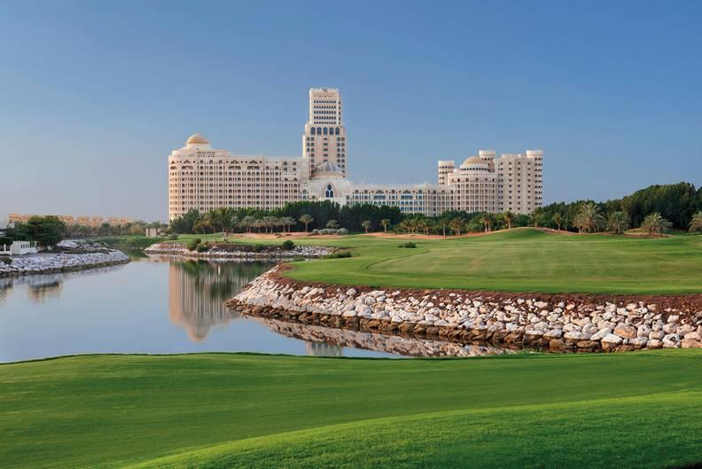"""Ras Al Khaimah: Waldorf Astoria   An der Nordspitze der Vereinigten Arabischen Emirate liegt das Emirat, was sich mit neuen Hotelbauten auch der auf touristischen Landkarte platzieren möchte. Bestes Beispiel ist das im August 2013 eröffnete Waldorf Astoria, die Edelmarke der Hilton-Gruppe. Ein """"Grandezza-Palazzo mit seiner fast schon beängstigend perfekter Innenarchitektur"""", wie die Autoren schrieben.  Infos:http://waldorfastoria3.hilton.com"""