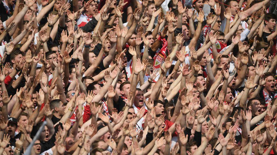 Zweite Bundesliga: Jubelnde Fans des VfB Stuttgart
