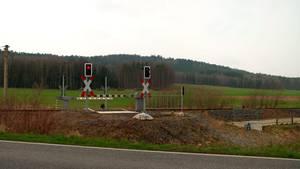 Nutzloser Hightech-Bahnübergang: In der sächsischen Gemeinde Haselbachtal kurz vor dem Ortseingang nach Kamenz-Gelenau hat die Bahn vor vier Jahren einen Bahnübergang mit automatischer Schranke und Ampel für Radfahrer errichtet. Absurd: Seit der Fertigstellung ist die Schranke in Betrieb und öffnet und schließt sich stündlich zwei Mal. Der Radweg, für den der Hightech-Bahnübergang gedacht ist, fehlt jedoch bislang immer noch....