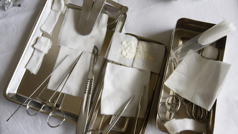 Instrumente für eine traditionelle Beschneidung von Männern
