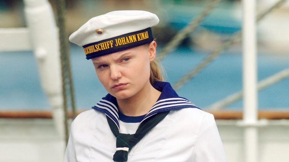 Lilly Borchert (Maria Dragus) beobachtet die anderen Kadetten, wie sie das Schiff verlassen