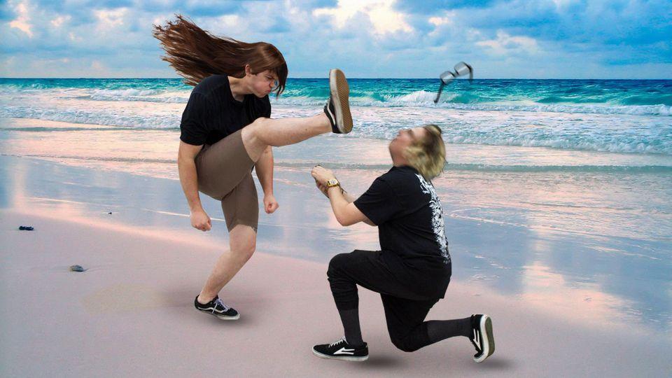 Photoshop-Montage: Ein tanzender Metal-Fan kickt einem knieenden Mann die Brille weg