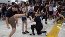 Heiratsantrag bei einem Metal-Konzert. Ein tanzender Fan springt durchs Bild