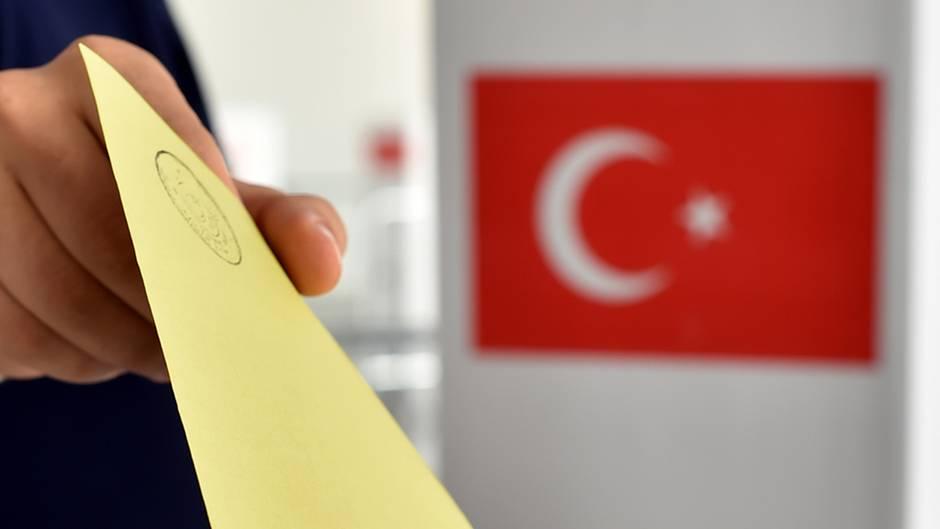 Stimmabgabe für oder gegen die Verfassungsänderung: In Deutschland sind insgesamt 1,4 Millionen Deutschtürken wahlberechtigt.