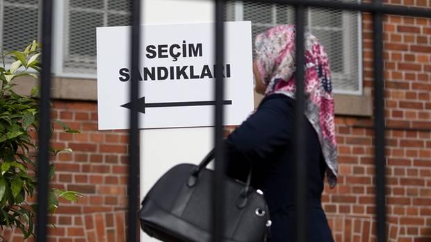 Stimmabgabe für oder gegen die Verfassungsänderung: Eine der insgesamt 1,4 Millionen wahlberechtigten Deutschtürken auf dem Weg zum türkischen Generalkonsulat.