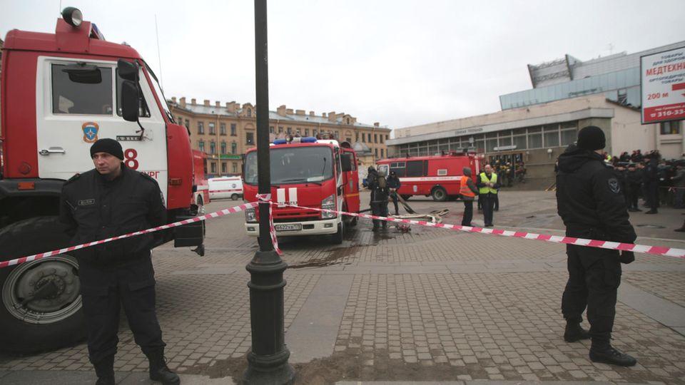Einsatzkräfte vor der U-Bahn-Station Stationen Sennaja Ploschtschad im Zentrum von St. Petersburg