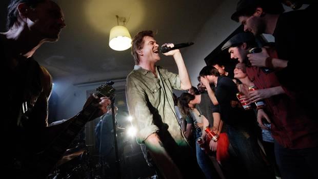 Die Toten Hosen bei ihrem Auftritt in einer Wiener WG