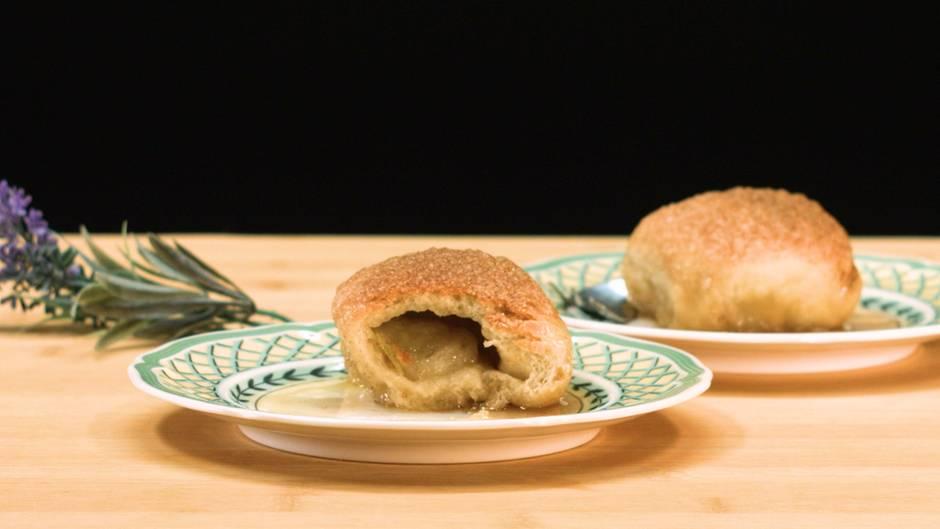 Frisch aus dem Ofen: So einfach zaubern Sie süße Apfelknödel