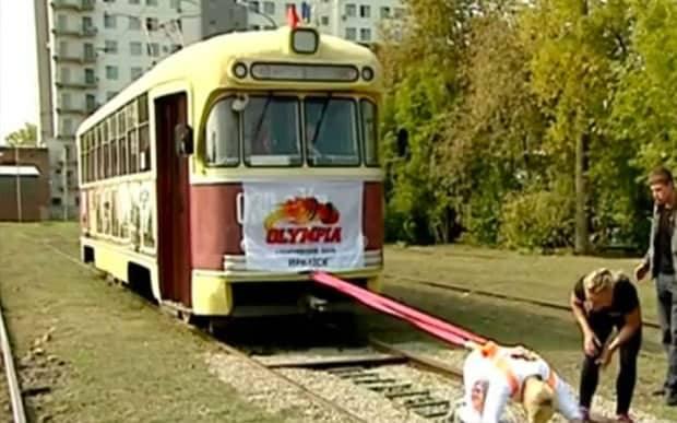Oksana zieht eine Straßenbahn.