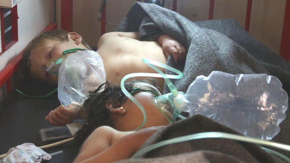 Zwei Kinder werden nach der Attacke auf den Ort Chan Scheichun mit Sauerstoff versorgt