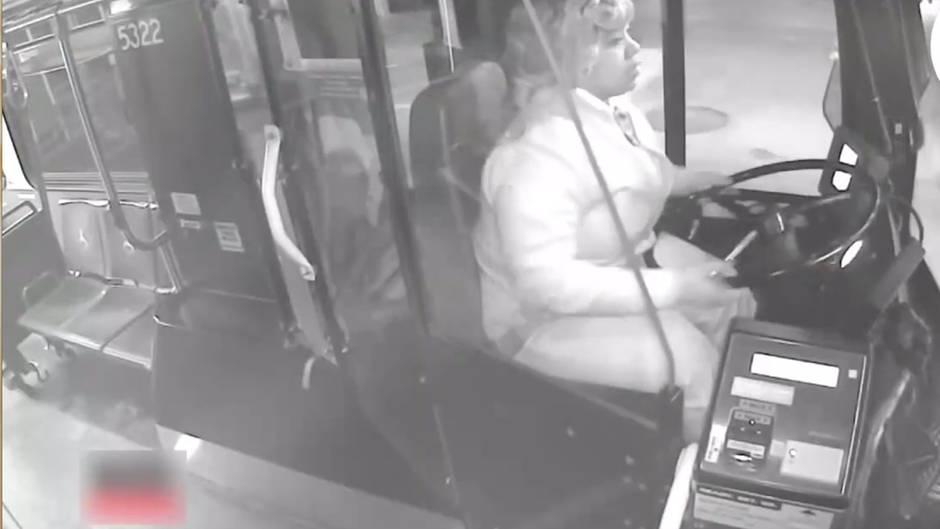 Großes Herz: Aufmerksame Busfahrerin findet kleinen Jungen allein nachts am Straßenrand