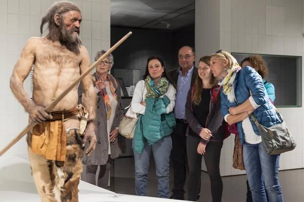 Im Archäologiemuseum wird der steinzeitliche Gletschermann Ötzi quicklebendig
