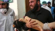 Syrien: Ein Opfer des Giftgasangriffs wird in Chan Scheichun zur Behandlung getragen.