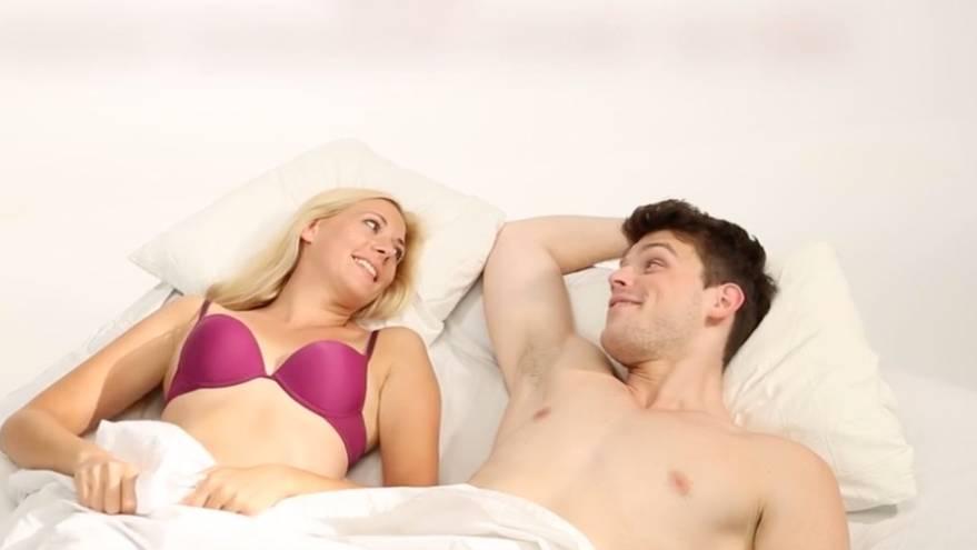 Ein Paar liegt mit Unterwäsche bekleidet im Bett