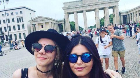 Simone mit einer Klassenkameradin vorm Brandenburger Tor in Berlin