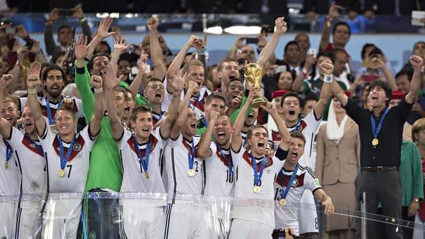 Der Höhepunkt der Laufbahn: Als Kapitän führt Philipp Lahm die Nationalelf 2014 in Brasilien zum WM-Titel