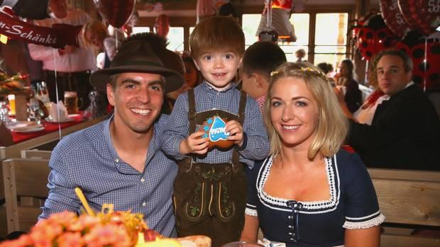 Der private Lahm: zusammen mit Sohn Julian und Frau Claudia beim Wiesn-Besuch